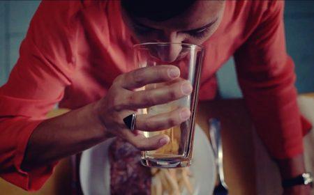 Экзистенциальная реклама: жизнь, измеренная горой посуды